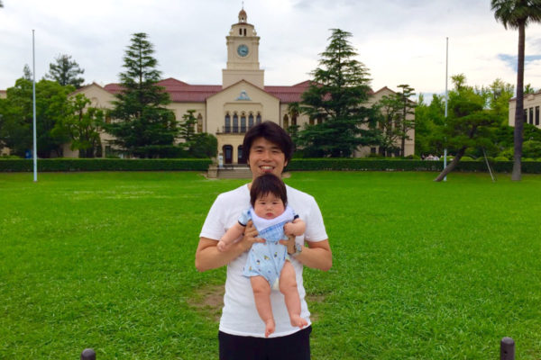 母校の関西学院大学にて息子と撮りました。